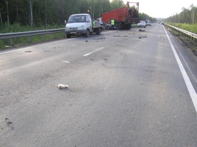 В Краснокамском районе произошло массовое столкновение. Водитель автомобиля ИЖ выехал на встречную полосу движения, где столкнулся с МАЗом. От удара грузовик выехал на встречную полосу и там столкнулся с Тойотой-Королла. В результате виновник скончался на