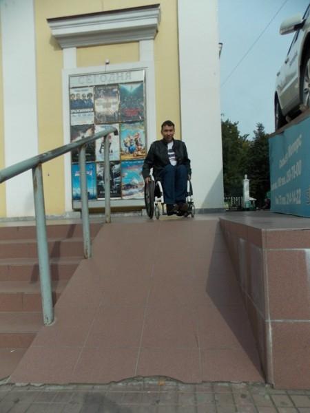 Слишком высокий и скользкий пандус у кинотеатра «Октябрь».