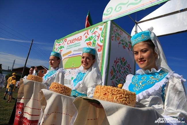 Национальные костюмы и национальные блюда - вот слагаемые хорошего Сабантуя
