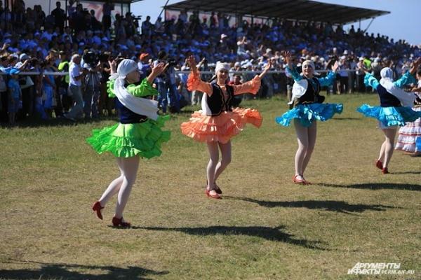 На празднике устроили массовые танцы