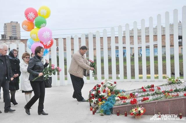 Люди принесли с собой цветы и воздушные шары