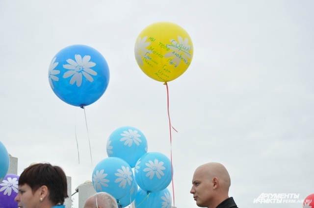 На воздушных шарах были написаны пожелания