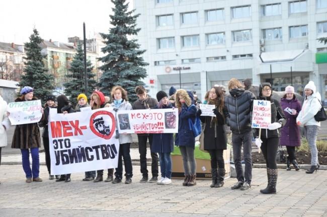 Участники прошли по Комсомольскому проспекту до памятника медведю