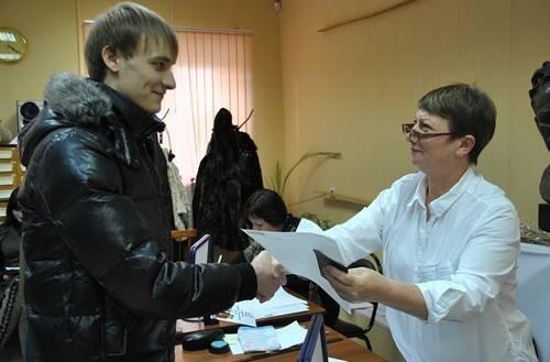 Тех, кто пришёл голосовать первый раз в жизни, ждали поздравления и сувениры