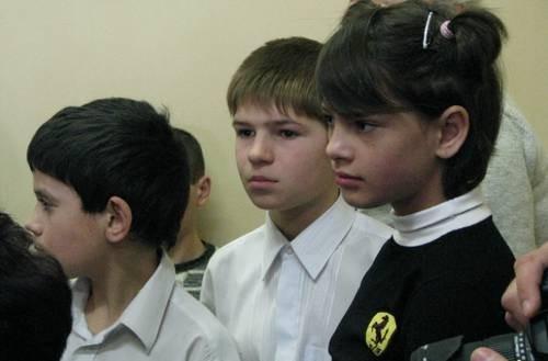 Детдомовские ребята внимательно смотрели праздничный концерт и слушали выступления гостей.