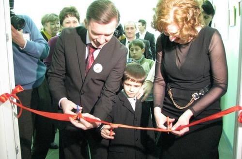 Красную ленточку перерезали зам. губернатора Игорь Гуськов, директор детского дома Алла Безуглова и один из самых маленьких воспитанников – 8-летний Женя Романцов.