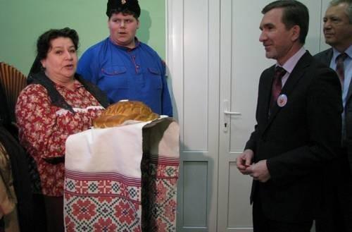 В главном корпусе гостей встречали хлебом-солью.