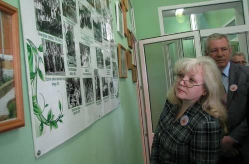 Гости разглядывали стенд с архивными фотографиями, которые делали в этом детском доме на протяжении 90 с лишним лет. Ведь детский дом открыли в Пролетарске ещё в 1920 году.