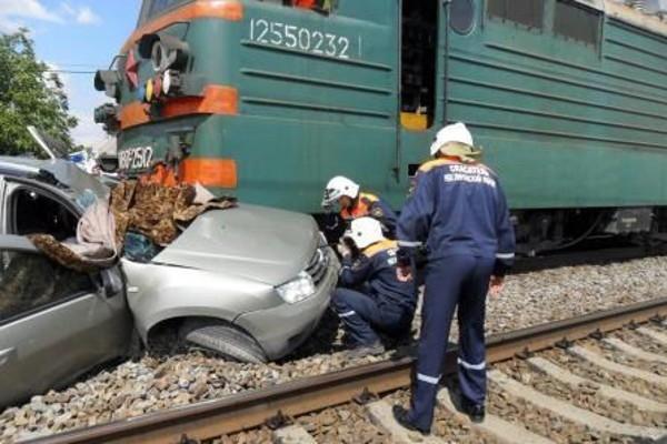 При столкновении внедорожника с грузовым поездом один человек погиб, два пострадали