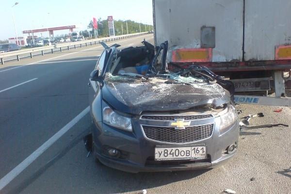 При столкновении иномарки со стоявшим у обочины грузовиком погибли два человека