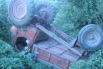 В результате опрокидывания трактора в овраг погиб тракторист