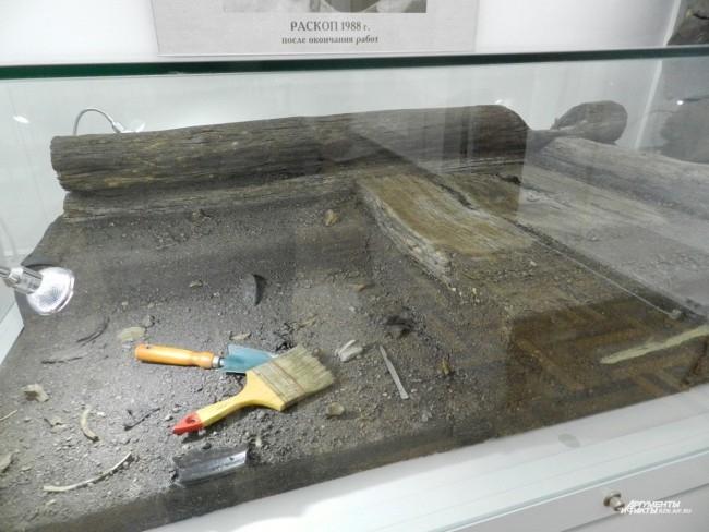Макет раскопа и инструменты современного археолога