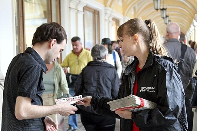 В галерее Гостиного двора наши сотрудники раздавали спецвыпуски АиФ