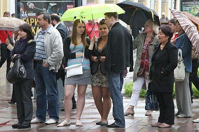 Несмотря на дождливую погоду, публика внимательно следила за происходящим на Невском проспекте