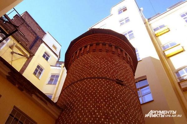 Башня Грифонов (7-я линия ВО, д.16) Другое название сооружения – Цифровая башня. Она была возведена в XVIIIвеке. Почти каждый кирпичик башни пронумерован. Исследователи до сих пор не могут разгадать истинное назначение этих цифр. По легенде, живший здесь