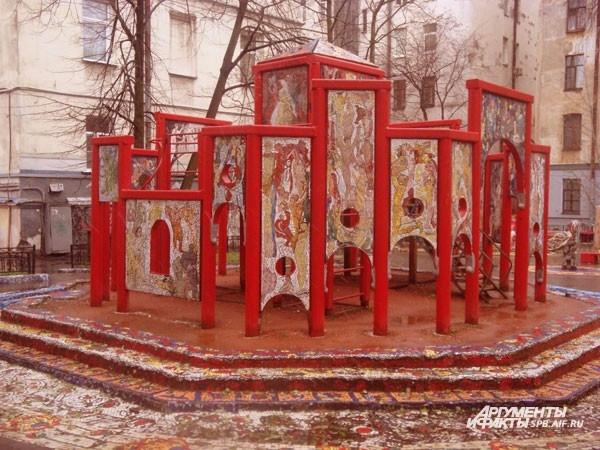 Мозаичный дворик (ул. Чайковского, д.2) Яркая мозаика превратила петербургский дворик в настоящее произведение искусства. Мозаикой здесь украшены лавочки, детская горка и даже стены домов. В центре двора красуется необычная схема знаков зодиака.