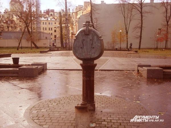 Скрипичный сквер (Каменноостровский пр., д.26)  В сквере имени композитора Андрея Петрова расположены восемь каменных скрипок. Каждая скрипка является художественным символом: например, скрипка-яблоко символизирует искушение музыкой. Вход в сквер охраняе