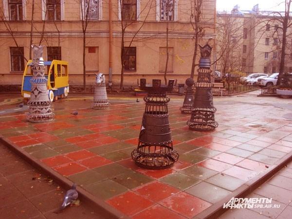 Шахматный дворик (Загородный пр., д.28) Одна из детских площадок Петербурга выполнена в виде красно-зеленой шахматной доски. На ней стоят металлические шахматные фигуры с человеческий рост. Жаль только, что, в отличие от эпизода с гигантскими шахматами в