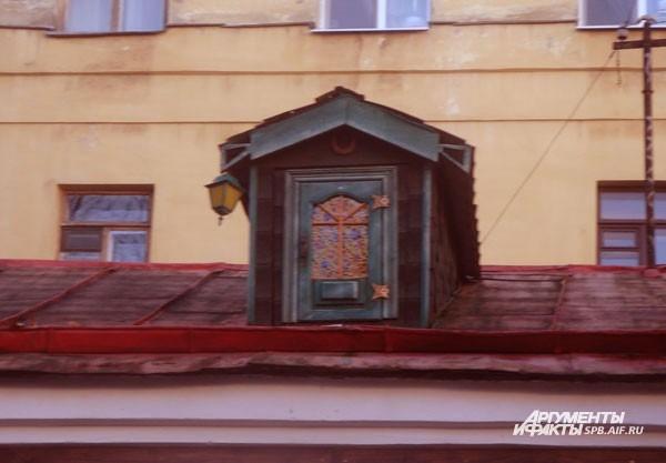 Дом Карлсона (Набережная реки Фонтанки, д.50) Наверняка в детстве все мечтали найти ту крышу, на которой живет «мужчина в самом расцвете сил». Как выяснилось, его чердак находится в Петербурге – на крыше театра, который так и называется – «Дом Карлсона».
