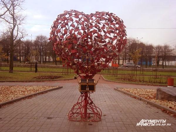 Дерево любви (Большой пр. ВО, д.106)  Дерево «выросло» в саду Опочинина в прошлом году. Оно выполнено в форме сердца, которое состоит из красных металлических листочков. Дерево популярно среди молодоженов: новобрачные вешают на него замочки в знак крепко