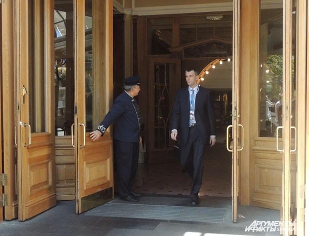 Михаил Прохоров вышел из отеля и сразу направился в автомобиль