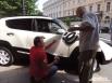 Личный водитель Прохорова приклеил к дверце машины логотип – букву «Ё»