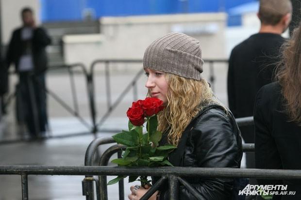 Поклонницы несли во дворец спорта «Юбилейный» алые розы
