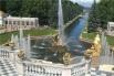 «Большой каскад» поражает обилием воды, разнообразием скульптур и графическим изобилием водометов