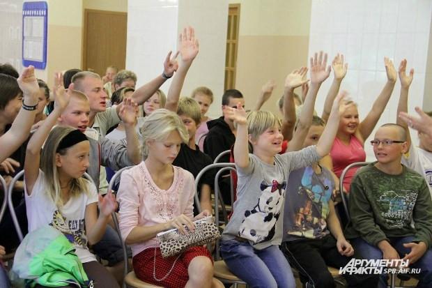 Дети потренировались тянуть руку так, как будут делать это во время уроков