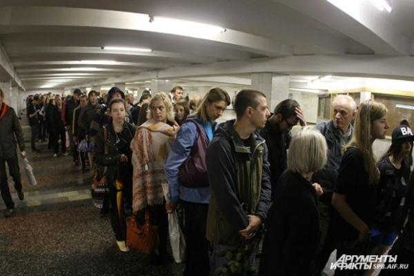 Очередь поклонников, желавших проститься с артистом, растянулась до станции метро «Спортивная»
