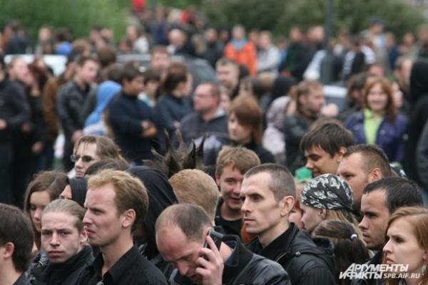 В толпе можно было заметить прическу, которую делал себе на концертах Горшенев