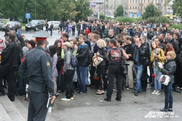 Люди подтягивались к месту гражданской панихиды в течение всего дня