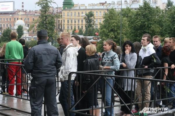 Поклонники Горшенева стояли в огромной очереди, несмотря на дождь