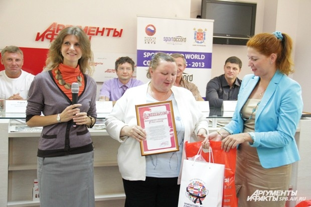 Супруга Владимира Михайлова получает диплом и подарки