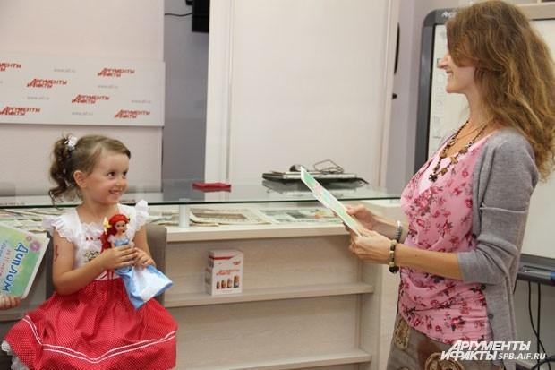 Арина Кузьмичева во время награждения и фотосессии немного смущалась