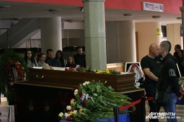 Тело рок-музыканта перевезли в крематорий