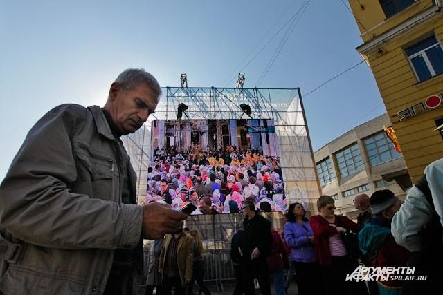 В центре площади поставили сцену с большими экранами