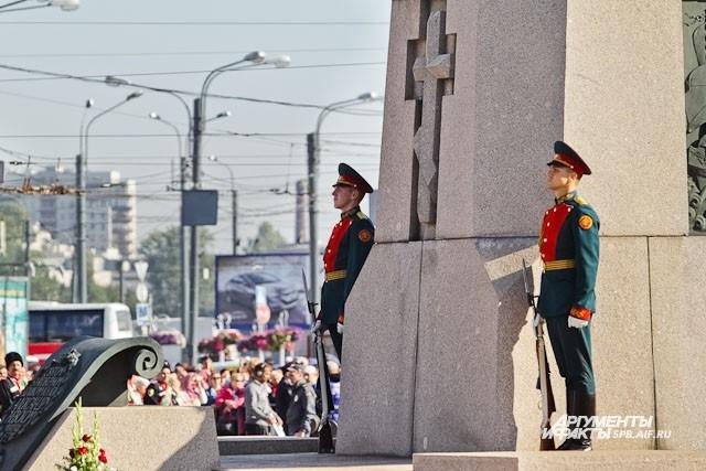 Почетный караул на Площади Александра Невского