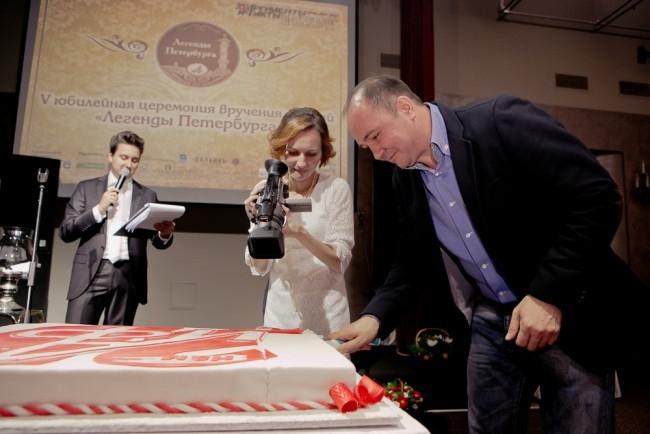 Известный журналист АиФа Владимир Полупанов разрезает праздничный торт