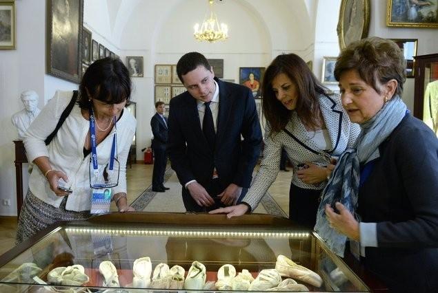 Супруга Министра финансов Италии Лучана Сангуинетти (справа) во время посещения Академии русского балета имени А.Вагановой