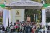 Прохожие и журналисты встречали участников крестного хода на площади