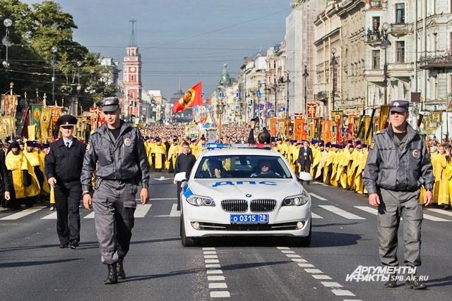 Главную магистраль города перекрыли на время Крестного хода
