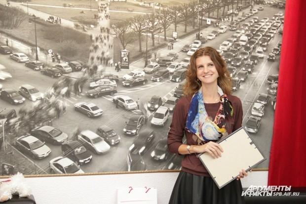 Руководитель PR-департамента газеты «Аргументы и Факты – Петербург» готовится вручить призы победителям конкурса