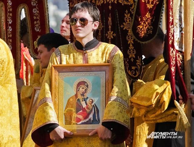 Иконы донесли до Площади Александра Невского