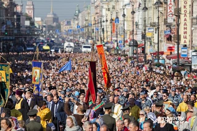 На Невский проспект вышли более пяти тысяч человек