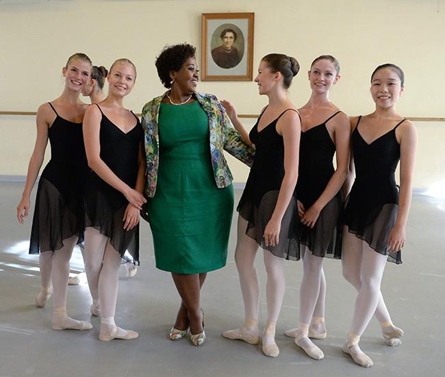 Супруга Президента Южно-Африканской Республики Глория Бонги Нгема (в центре) во время посещения Академии русского балета имени А.Вагановой