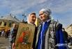 Петербурженки перед Площадью Александра Невского