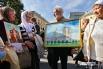 Александро-Невская Лавра в руках у участника Крестного хода