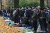 Тысячи верующие заполнили всю территорию вокруг мечети, а также прилегающие парки и скверы