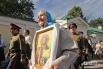 Горожане прошли по Невском проспекту с иконами, принесенными из дома